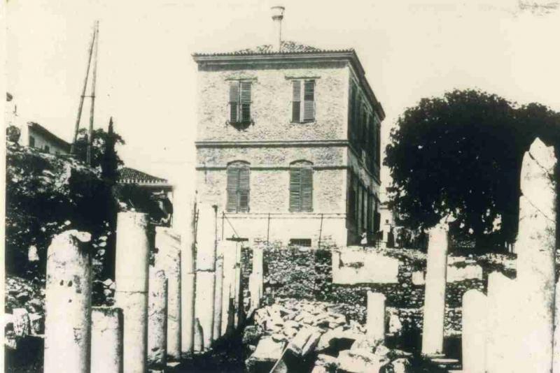 Το σχολείο της Αγοράς χτίστηκε στην περιοχή της Ρωμαϊκής Αγοράς στην Πλάκα.