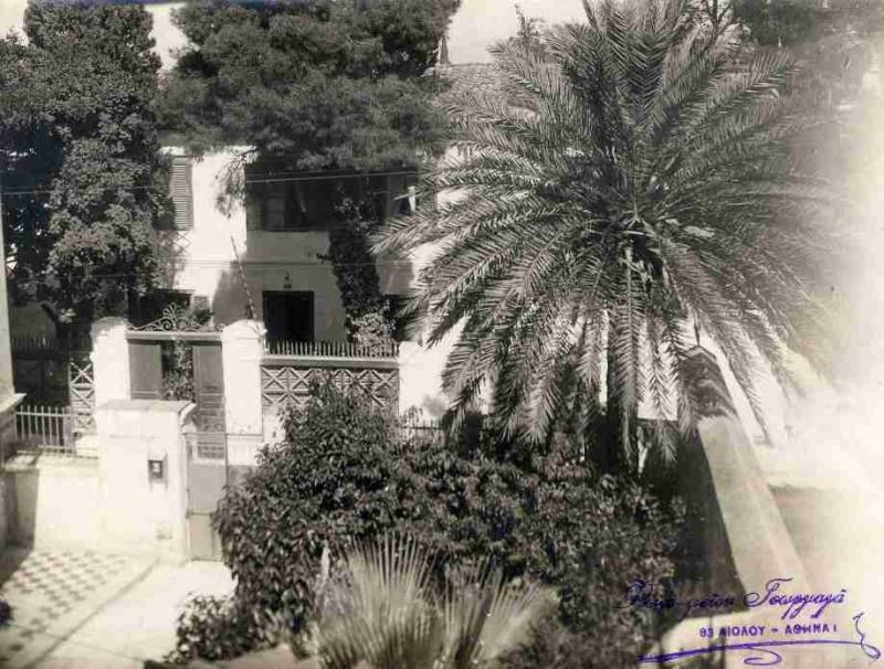 Η είσοδος του παλιού σχολείο στην οδό Νικοδήμου