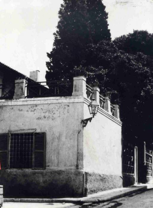 Το παλιό σχολείο, γωνία Νικοδήμου και Θουκυδίδου με το γνωστό φανάρι