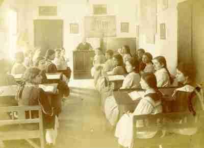 Μαθήτριες σε ώρα μαθήματος