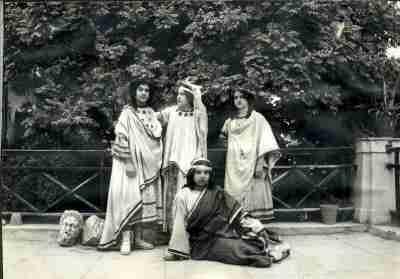 Από σχολική παράσταση αρχαίου δράματος: Ιφιγένεια εν Ταύροις, στην αυλή του ...
