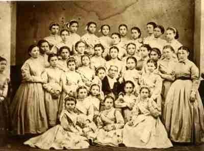 Η Fanny Hill με τις μαθήτριές της
