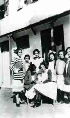 Μαθήτριες στη αυλή του σχολείου