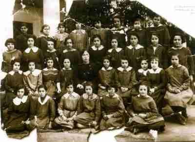 Η Βάσω Μανωλίδου στο Παρθεναγωγείο Χίλλ με συμμαθήτριές της