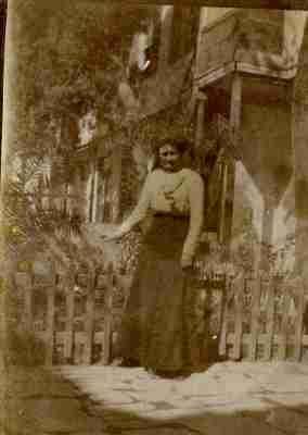 Η Minnie Masson στην αυλή του σχολείου