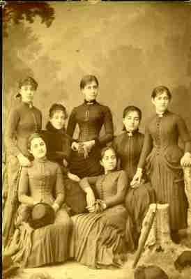 Η Φανή Κοκκίδου με τη δασκάλα και τις συμμαθήτριές της