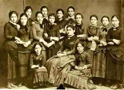 Η Ποτίτσα Τζωρτζάκη με τη δασκάλα και τις συμμαθήτριές της.