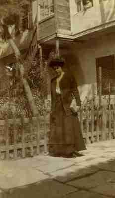Η Κλημεντίνη - Μπέσση Μάσσων στην αυλή του σχολείου