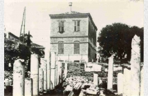 Το πρώτο σχολείο του J.Hill στο χώρο της Ρωμαϊκής Αγοράς. Κατεδαφίστηκε το 1931