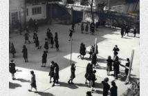 Μαθήτριες στην αυλή του σχολείου