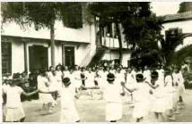 Γυμναστικές επιδείξεις στην αυλή του σχολείου