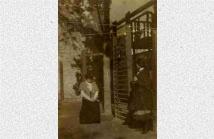 Η Agnes Masson στην αυλή του σχολείου
