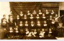 Η Bessie Masson με τις μαθήτριες της