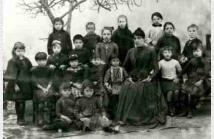 Η Τιτίκα Πετσοπούλου (καθισμένη αριστερά από τη δασκάλα)